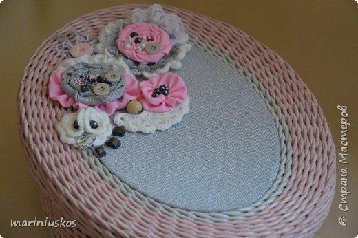 бумага газетная чистая А4 на 3 части, спица 1,2, колер красный, черный, грунтувка, лак. Украшение: материал розовый, серый, вязаные цветы крючком, бусины, бисер, пуговицы. фото 8