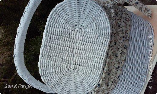 Здравствуйте дорогие соседи и гости! Многие сейчас готовятся к светлому празднику,плетут, спешат.Я почти закончила  подготовительные работы к Пасхе, заказов на корзины было много и всем хотелось именно белую.Трубочки кручу из офсетной бумаги плотностью 55мг/м.кв, для мягкости купаю в растворе на 1литр воды 2 ст ложки кондиционера для белья,1 чайная ложка акрилового лака и выдерживаю в полотенце не меньше 4 часов,тогда трубочки не мохрятся и плести очень легко.Готовое изделие сначала грунтую,а потом покрываю лаком. фото 17