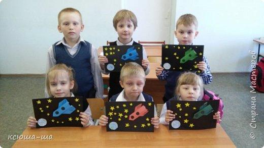 12 апреля 1961 года весь мир был потрясен сообщением о начале новой эры космических полетов. В этот день советский космонавт Ю.А.Гагарин облетел планету Земля на орбитальном космическом корабле «Восток». До этого момента были запуски в космос искусственных спутников, но в этот день человек впервые покорил космос. Это стало гигантским прорывом в истории космонавтики и сегодня в космосе уже тысячи спутников, космические аппараты совершали посадки на Луну и Венеру, началось активное изучение Солнечной системы. Первый полет человека был самым трудным и опасным, но стремление к покорению космоса многих тысяч людей, принимавших участие в подготовке полета, преодолело все преграды. В честь этого исторического события 12 апреля во всем мире отмечают как Всемирный день авиации и космонавтики. фото 6