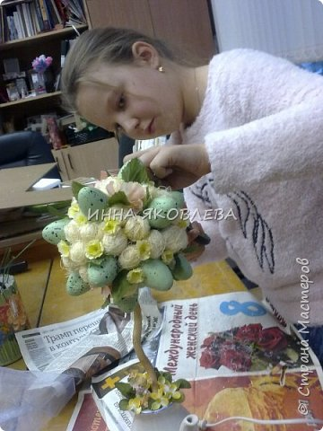 Использовали пенопластовые яйца, сизаль, искусственные цветы, старый кофейник, носок и газеты.  фото 4