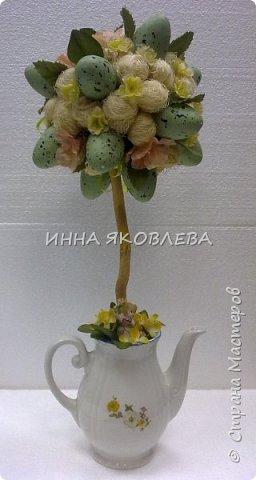 Использовали пенопластовые яйца, сизаль, искусственные цветы, старый кофейник, носок и газеты.  фото 6