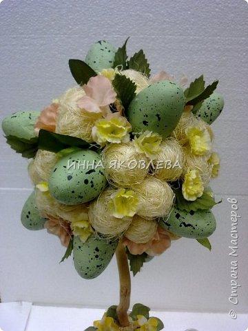 Использовали пенопластовые яйца, сизаль, искусственные цветы, старый кофейник, носок и газеты.  фото 2