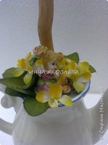 Использовали пенопластовые яйца, сизаль, искусственные цветы, старый кофейник, носок и газеты.  фото 3