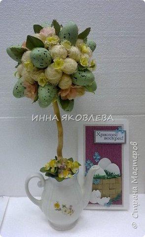 Использовали пенопластовые яйца, сизаль, искусственные цветы, старый кофейник, носок и газеты.  фото 1