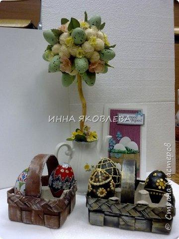 Использовали пенопластовые яйца, сизаль, искусственные цветы, старый кофейник, носок и газеты.  фото 5