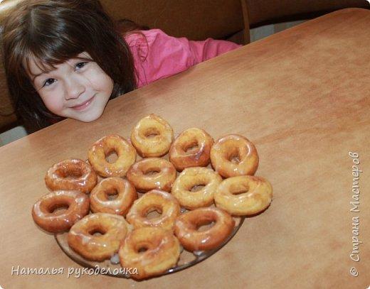 Добрый день, Страна Мастеров! Рада приветствовать Вас на моей страничке. Дети очень любят пончики, и я нашла рецепт, который мне очень понравился. Делала по этому рецепту уже не один раз, вот только сверху украшала по разному.  Сверху делала пончики с глазурью, с сахарной пудрой и даже без нечего они тоже вкусненькие.   Рецепт написала в конце. фото 11