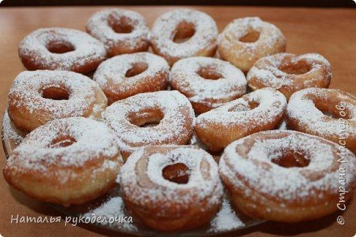 Добрый день, Страна Мастеров! Рада приветствовать Вас на моей страничке. Дети очень любят пончики, и я нашла рецепт, который мне очень понравился. Делала по этому рецепту уже не один раз, вот только сверху украшала по разному.  Сверху делала пончики с глазурью, с сахарной пудрой и даже без нечего они тоже вкусненькие.   Рецепт написала в конце. фото 3