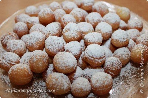 Добрый день, Страна Мастеров! Рада приветствовать Вас на моей страничке. Дети очень любят пончики, и я нашла рецепт, который мне очень понравился. Делала по этому рецепту уже не один раз, вот только сверху украшала по разному.  Сверху делала пончики с глазурью, с сахарной пудрой и даже без нечего они тоже вкусненькие.   Рецепт написала в конце. фото 8