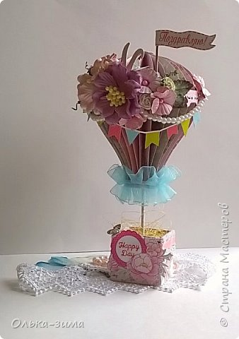 Доброго дня жители страны и гости. У меня сегодня  воздушные шары для девочки и для мальчика. Эти воздушные шары используются как поздравительные открытки, а в дальнейшем в качестве интерьерного украшения полки в комнате ребёнка. Украшала и покупными цветочками и самодельными, кружевом, бусинами, полубусинами, сизалью, вырезными элементами-это флажки, бабочки, ярлычок с надписью и цветами на самом коробе. фото 2