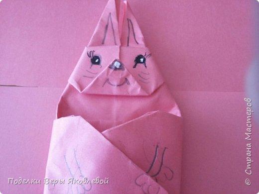 Для начало квадрат из офисной бумаги  загнём  в треугольник.После этого с двух сторон загнем треугольничками .У нас получится вот такая деталь фото 15