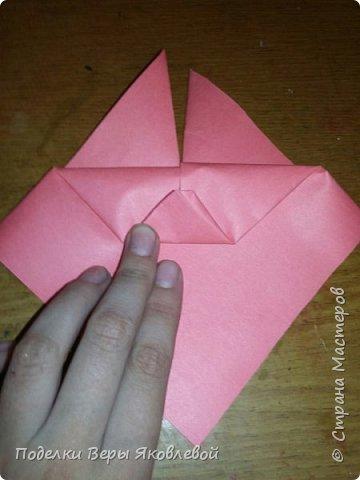 Для начало квадрат из офисной бумаги  загнём  в треугольник.После этого с двух сторон загнем треугольничками .У нас получится вот такая деталь фото 5