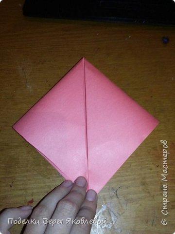 Для начало квадрат из офисной бумаги  загнём  в треугольник.После этого с двух сторон загнем треугольничками .У нас получится вот такая деталь фото 1