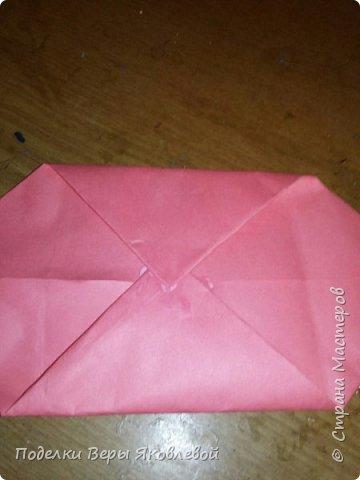 Для начало квадрат из офисной бумаги  загнём  в треугольник.После этого с двух сторон загнем треугольничками .У нас получится вот такая деталь фото 9