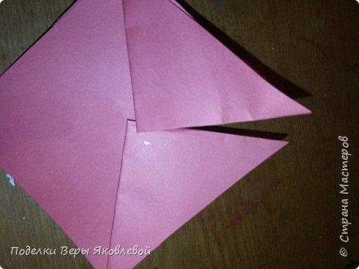 Для начало квадрат из офисной бумаги  загнём  в треугольник.После этого с двух сторон загнем треугольничками .У нас получится вот такая деталь фото 6