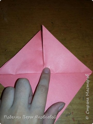 Для начало квадрат из офисной бумаги  загнём  в треугольник.После этого с двух сторон загнем треугольничками .У нас получится вот такая деталь фото 2