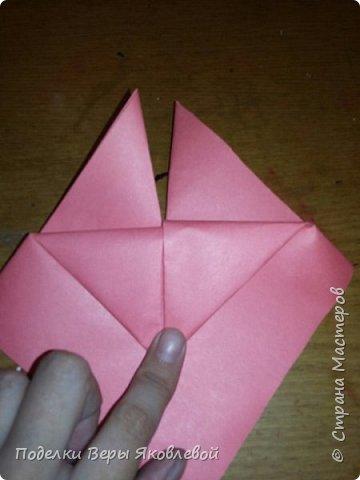 Для начало квадрат из офисной бумаги  загнём  в треугольник.После этого с двух сторон загнем треугольничками .У нас получится вот такая деталь фото 4