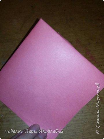 Для начало квадрат из офисной бумаги  загнём  в треугольник.После этого с двух сторон загнем треугольничками .У нас получится вот такая деталь фото 3