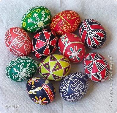 Роспись пасхальных яиц. Писанки - как обереги делали еще в доисторические времена. На Руси живые яйца расписаные к особому случаю, событию, празднику делали постоянно. И очень ценили такие подарки.