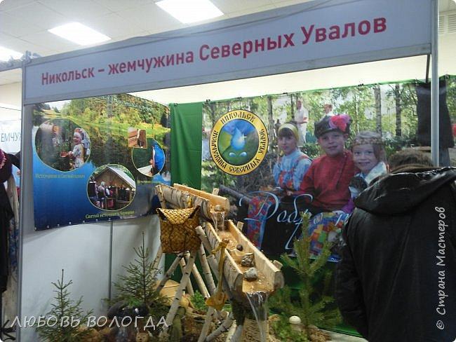 """Сегодня в Вологде начала работу XVI Межрегиональная выставка туристского сервиса и технологий гостеприимства «Ворота Севера». Хотя там участвуют только организации, я умудрилась там засветиться))).Оформляла """"будочку"""" турагентства """"Попутный Ветер"""". Причем все в авральном порядке, так как головной офис в Крыму, и обстоятельства иногда сильнее нас, оттуда не смогли  доставить нужные материалы, пришлось выкручиваться... Вообще-то это все я делала на работу  дочи, для оформления кенди-баров в морском стиле, но и тут как раз все пригодилось. Распечатали только буклеты и флажки с названием фирмы. Вроде не так уж плохо получилось))). фото 13"""