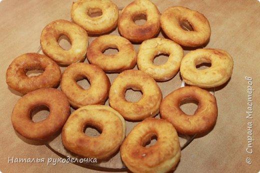 Добрый день, Страна Мастеров! Рада приветствовать Вас на моей страничке. Дети очень любят пончики, и я нашла рецепт, который мне очень понравился. Делала по этому рецепту уже не один раз, вот только сверху украшала по разному.  Сверху делала пончики с глазурью, с сахарной пудрой и даже без нечего они тоже вкусненькие.   Рецепт написала в конце. фото 4