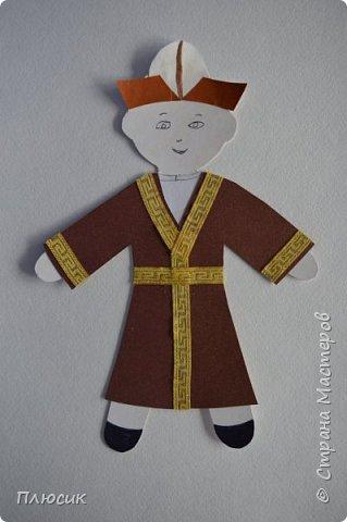 Киргизёнок в нарядном халате и ак-калпаке. Без халата раньше выходить из дома считалось неприличным. В холодное время мужчины носили халаты, чапан, чепкен, тон, ичик. фото 1