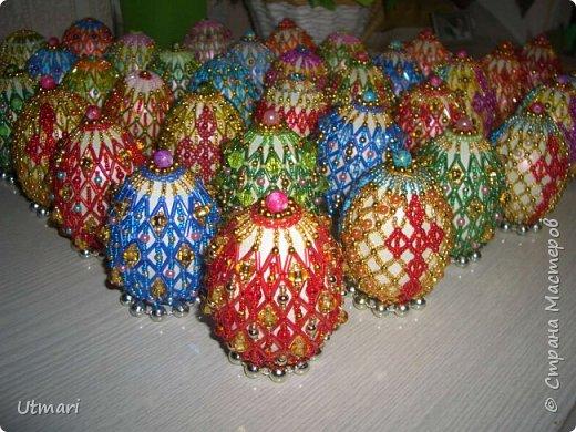 """Дорогие Мастера! От всей души поздравляю всех с наступающим Светлым праздником Пасхи! Все активно красят яйца, я тоже очень увлеклась этим. Фаберже не даёт покоя. """"Красила"""" = плела я их больше двух месяцев. Вот плоды моих стараний. Сделала большой шаг в сторону от любимого плетения бумажными трубочками, но здесь вот чашечка очень сгодилась. С радостью показываю.  На этом фото далеко не все. В чашечке плетёной, очень удобно её приспособила, убирается 20 штук яичек. фото 17"""