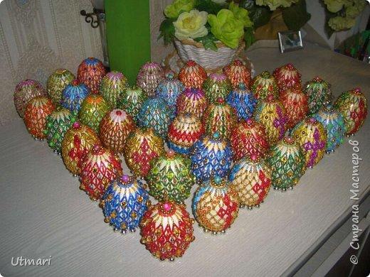 """Дорогие Мастера! От всей души поздравляю всех с наступающим Светлым праздником Пасхи! Все активно красят яйца, я тоже очень увлеклась этим. Фаберже не даёт покоя. """"Красила"""" = плела я их больше двух месяцев. Вот плоды моих стараний. Сделала большой шаг в сторону от любимого плетения бумажными трубочками, но здесь вот чашечка очень сгодилась. С радостью показываю.  На этом фото далеко не все. В чашечке плетёной, очень удобно её приспособила, убирается 20 штук яичек. фото 18"""