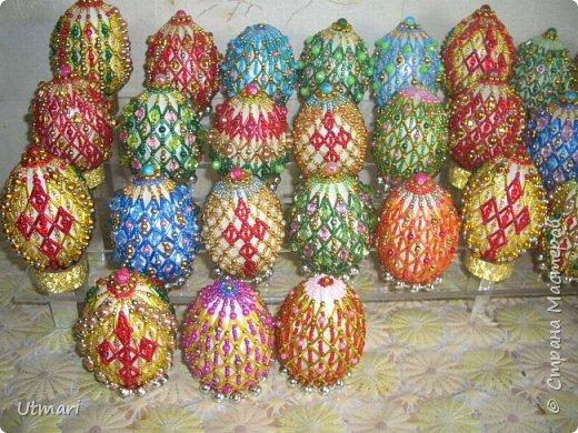 """Дорогие Мастера! От всей души поздравляю всех с наступающим Светлым праздником Пасхи! Все активно красят яйца, я тоже очень увлеклась этим. Фаберже не даёт покоя. """"Красила"""" = плела я их больше двух месяцев. Вот плоды моих стараний. Сделала большой шаг в сторону от любимого плетения бумажными трубочками, но здесь вот чашечка очень сгодилась. С радостью показываю.  На этом фото далеко не все. В чашечке плетёной, очень удобно её приспособила, убирается 20 штук яичек. фото 2"""