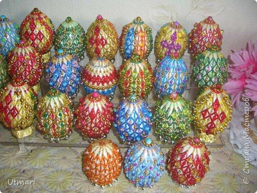 """Дорогие Мастера! От всей души поздравляю всех с наступающим Светлым праздником Пасхи! Все активно красят яйца, я тоже очень увлеклась этим. Фаберже не даёт покоя. """"Красила"""" = плела я их больше двух месяцев. Вот плоды моих стараний. Сделала большой шаг в сторону от любимого плетения бумажными трубочками, но здесь вот чашечка очень сгодилась. С радостью показываю.  На этом фото далеко не все. В чашечке плетёной, очень удобно её приспособила, убирается 20 штук яичек. фото 3"""