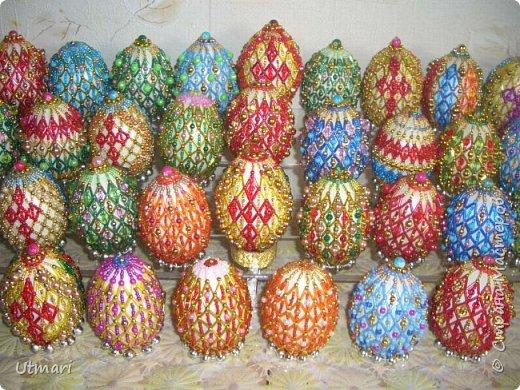 """Дорогие Мастера! От всей души поздравляю всех с наступающим Светлым праздником Пасхи! Все активно красят яйца, я тоже очень увлеклась этим. Фаберже не даёт покоя. """"Красила"""" = плела я их больше двух месяцев. Вот плоды моих стараний. Сделала большой шаг в сторону от любимого плетения бумажными трубочками, но здесь вот чашечка очень сгодилась. С радостью показываю.  На этом фото далеко не все. В чашечке плетёной, очень удобно её приспособила, убирается 20 штук яичек. фото 4"""