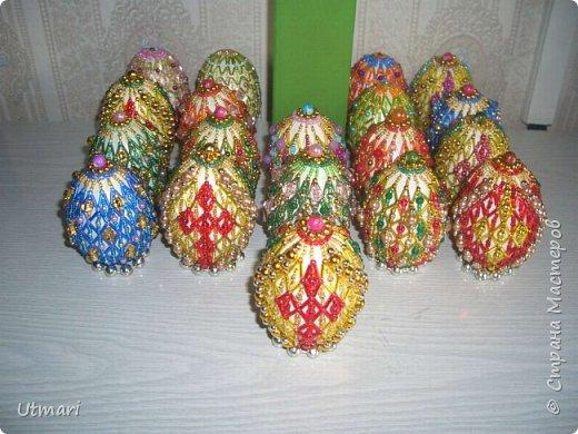 """Дорогие Мастера! От всей души поздравляю всех с наступающим Светлым праздником Пасхи! Все активно красят яйца, я тоже очень увлеклась этим. Фаберже не даёт покоя. """"Красила"""" = плела я их больше двух месяцев. Вот плоды моих стараний. Сделала большой шаг в сторону от любимого плетения бумажными трубочками, но здесь вот чашечка очень сгодилась. С радостью показываю.  На этом фото далеко не все. В чашечке плетёной, очень удобно её приспособила, убирается 20 штук яичек. фото 5"""