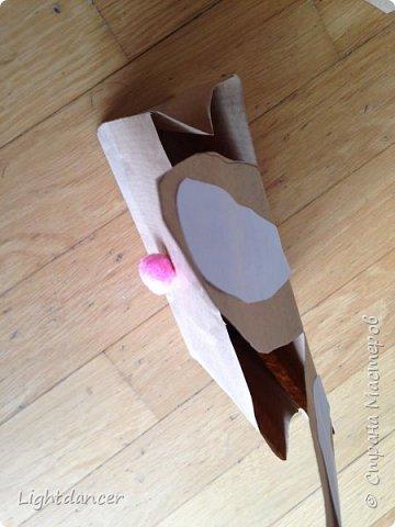 """Здравствуйте все!  Мы к вам с зайцами, вернее, с упаковками в виде зайцев. В сети довольно много мастер-классов, как делать пакеты своими руками. Я воспользовалась вот этим: http://domnaraduge.com/bumazhnye-pakety/, за что автору огромное спасибо!   У нас были остатки крафтовой бумаги, из которой и сделали пакеты. Я предложила дочери украсить пакеты в виде зайцев. Некоторые пакеты оказались """"жирафиками"""" (чересчур длинные) - у них на лицевой стороне я нарисовала уши, другим зайчишкам дочь приклеивала уши. А дальше пошел пир духа.  фото 3"""