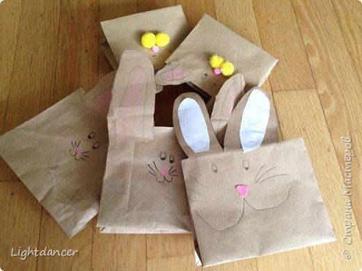 """Здравствуйте все!  Мы к вам с зайцами, вернее, с упаковками в виде зайцев. В сети довольно много мастер-классов, как делать пакеты своими руками. Я воспользовалась вот этим: http://domnaraduge.com/bumazhnye-pakety/, за что автору огромное спасибо!   У нас были остатки крафтовой бумаги, из которой и сделали пакеты. Я предложила дочери украсить пакеты в виде зайцев. Некоторые пакеты оказались """"жирафиками"""" (чересчур длинные) - у них на лицевой стороне я нарисовала уши, другим зайчишкам дочь приклеивала уши. А дальше пошел пир духа.  фото 4"""