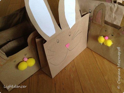 """Здравствуйте все!  Мы к вам с зайцами, вернее, с упаковками в виде зайцев. В сети довольно много мастер-классов, как делать пакеты своими руками. Я воспользовалась вот этим: http://domnaraduge.com/bumazhnye-pakety/, за что автору огромное спасибо!   У нас были остатки крафтовой бумаги, из которой и сделали пакеты. Я предложила дочери украсить пакеты в виде зайцев. Некоторые пакеты оказались """"жирафиками"""" (чересчур длинные) - у них на лицевой стороне я нарисовала уши, другим зайчишкам дочь приклеивала уши. А дальше пошел пир духа.  фото 1"""