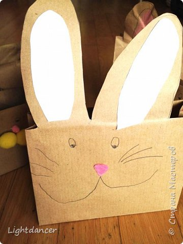 """Здравствуйте все!  Мы к вам с зайцами, вернее, с упаковками в виде зайцев. В сети довольно много мастер-классов, как делать пакеты своими руками. Я воспользовалась вот этим: http://domnaraduge.com/bumazhnye-pakety/, за что автору огромное спасибо!   У нас были остатки крафтовой бумаги, из которой и сделали пакеты. Я предложила дочери украсить пакеты в виде зайцев. Некоторые пакеты оказались """"жирафиками"""" (чересчур длинные) - у них на лицевой стороне я нарисовала уши, другим зайчишкам дочь приклеивала уши. А дальше пошел пир духа.  фото 2"""