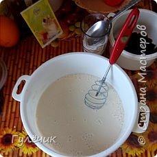 Нам необходимы: мука , яйца , дрожжи, сахар, соль, изюм или цукаты, апельсин или лимон(цедра), молоко тёплое или кефир ,ёмкостьи для выпечки, масло сливочное или маргарин, растительное масло, ванилин  , коньяк( нету-можете не класть),соль  и обязательное условие -хорошее настроение и закрытые окна , чтобы не было сквозняков Итак начнём))) фото 3