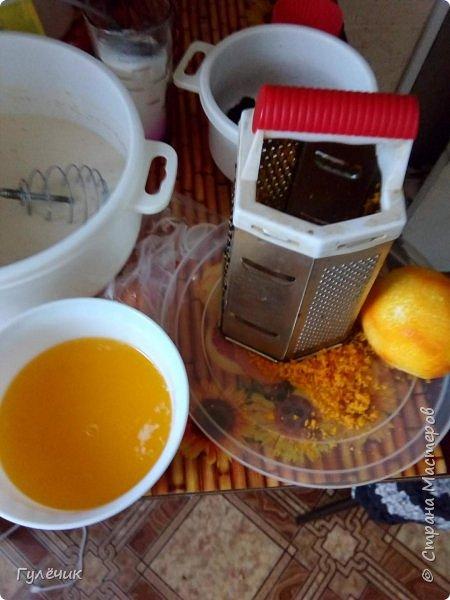 Нам необходимы: мука , яйца , дрожжи, сахар, соль, изюм или цукаты, апельсин или лимон(цедра), молоко тёплое или кефир ,ёмкостьи для выпечки, масло сливочное или маргарин, растительное масло, ванилин  , коньяк( нету-можете не класть),соль  и обязательное условие -хорошее настроение и закрытые окна , чтобы не было сквозняков Итак начнём))) фото 4