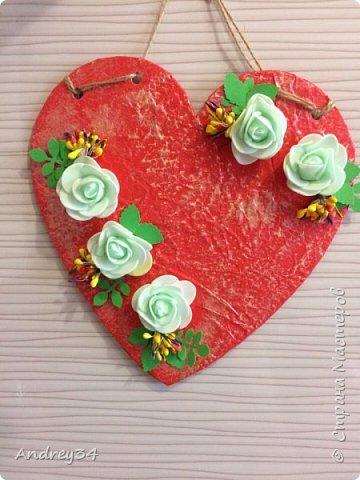 Я посмотрел технику мятой бумаги в Стране Мастеров, подумал а можно попробовать, сделать подвеску сердечко? Взял картон вырезал сердечко, бумагу помял,приклеил на сердце, потом приклеил декоративными цветочками,листиками. И подвеска готова! Подарочек очень милый!  фото 1