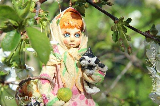 Сегодня у нас на солнышке + 20,ветерок ещё холодный.Мы с внучкой проводили во дворе съёмку куколки Настеньки.Ватная девочка  14 см высота. фото 2