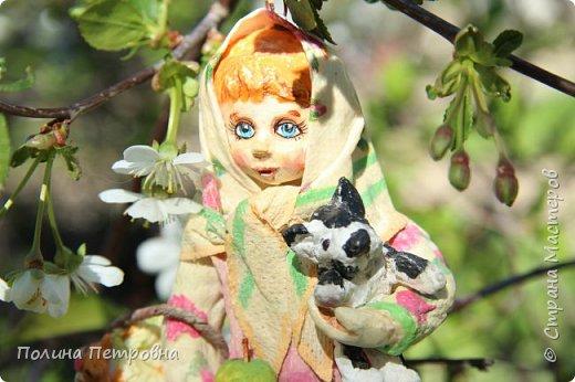 Сегодня у нас на солнышке + 20,ветерок ещё холодный.Мы с внучкой проводили во дворе съёмку куколки Настеньки.Ватная девочка  14 см высота. фото 3