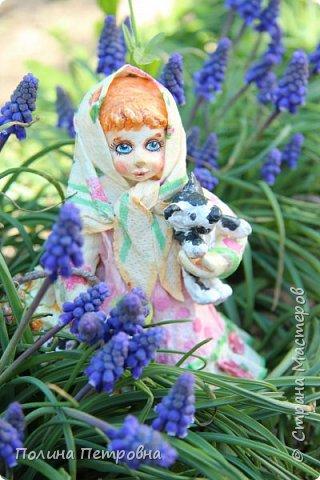 Сегодня у нас на солнышке + 20,ветерок ещё холодный.Мы с внучкой проводили во дворе съёмку куколки Настеньки.Ватная девочка  14 см высота. фото 5