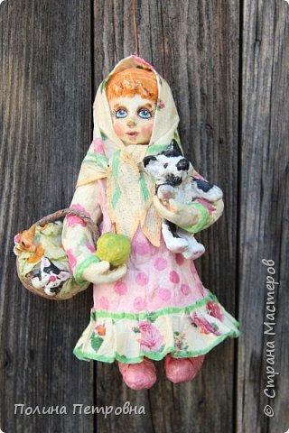 Сегодня у нас на солнышке + 20,ветерок ещё холодный.Мы с внучкой проводили во дворе съёмку куколки Настеньки.Ватная девочка  14 см высота. фото 6