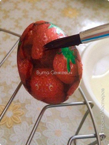 """Сегодня выкладываю свой первый мастер класс и впервые работаю в такой технике, как декупаж. Техника очень интересная, работа очень кропотливая и долгая, но результат - красивые и необычные пасхальные яйца! И так, нам понадобится: Сами яйца - обычные куриные, которые вы будете кушать или сувенирные основы из дерева, пенопласта. Салфетки (можно обыкновенные, а можно и специальные декоративные, но они, конечно, обойдутся вам недёшево) Собственно клей, на который вы и будете наклеивать ваши салфетки на яйца. Обычный клей ПВА подойдет для сувенирного яйца, не предназначенного для употребления в пищу. А вот для """"съедобного"""" яйца я использовала яичный белок (просто отделила желток от него) Для удобства необходима ёмкость для клея, кисточка и подставка (у меня это решетка для микроволновки, также можно использовать колечки-подставки из картона или маленькие рюмочки) фото 3"""