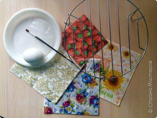 """Сегодня выкладываю свой первый мастер класс и впервые работаю в такой технике, как декупаж. Техника очень интересная, работа очень кропотливая и долгая, но результат - красивые и необычные пасхальные яйца! И так, нам понадобится: Сами яйца - обычные куриные, которые вы будете кушать или сувенирные основы из дерева, пенопласта. Салфетки (можно обыкновенные, а можно и специальные декоративные, но они, конечно, обойдутся вам недёшево) Собственно клей, на который вы и будете наклеивать ваши салфетки на яйца. Обычный клей ПВА подойдет для сувенирного яйца, не предназначенного для употребления в пищу. А вот для """"съедобного"""" яйца я использовала яичный белок (просто отделила желток от него) Для удобства необходима ёмкость для клея, кисточка и подставка (у меня это решетка для микроволновки, также можно использовать колечки-подставки из картона или маленькие рюмочки) фото 1"""