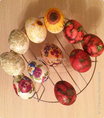 """Сегодня выкладываю свой первый мастер класс и впервые работаю в такой технике, как декупаж. Техника очень интересная, работа очень кропотливая и долгая, но результат - красивые и необычные пасхальные яйца! И так, нам понадобится: Сами яйца - обычные куриные, которые вы будете кушать или сувенирные основы из дерева, пенопласта. Салфетки (можно обыкновенные, а можно и специальные декоративные, но они, конечно, обойдутся вам недёшево) Собственно клей, на который вы и будете наклеивать ваши салфетки на яйца. Обычный клей ПВА подойдет для сувенирного яйца, не предназначенного для употребления в пищу. А вот для """"съедобного"""" яйца я использовала яичный белок (просто отделила желток от него) Для удобства необходима ёмкость для клея, кисточка и подставка (у меня это решетка для микроволновки, также можно использовать колечки-подставки из картона или маленькие рюмочки) фото 5"""
