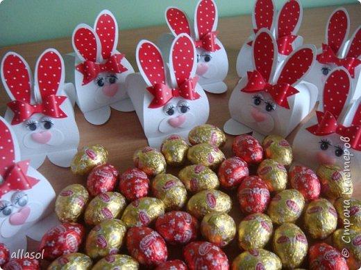Коробочки-зайчики для шоколадных яиц. Идея  http://creativeleeyours.com/cute-curvy-keepsake-easter-bunny