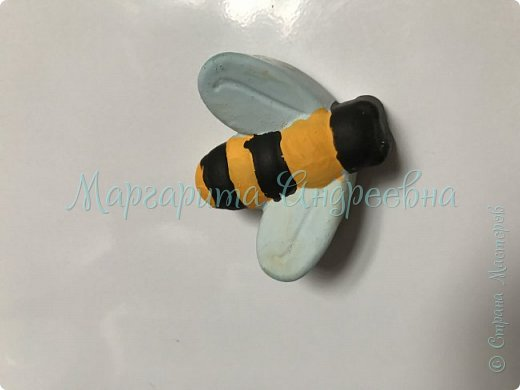 Доброго времени суток! Ещё одной темой наших с сынулей игровых занятий стали пчёлки.  Что же мы про них узнавали? А вот:  Пчела - это удивительное насекомое, которое дает человеку очень вкусный и полезный продукт - мед. Тело пчелы имеет красивую, полосатую желто-черную окраску. У пчёл 5глаз. Питаются пчелы пыльцой и нектаром, получая из них и энергию, и питательные вещества.  Пчелки помогают не только людям, но и растениям. На своих лапках они переносят пыльцу с одного цветка на другой, опыляя их. Благодаря чему, растения и деревья дают плоды и семена.  фото 5