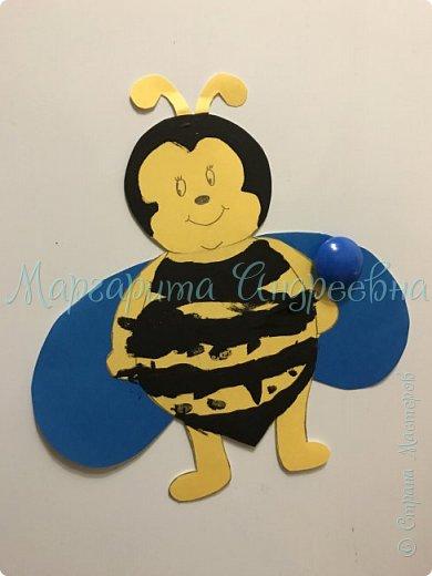 Доброго времени суток! Ещё одной темой наших с сынулей игровых занятий стали пчёлки.  Что же мы про них узнавали? А вот:  Пчела - это удивительное насекомое, которое дает человеку очень вкусный и полезный продукт - мед. Тело пчелы имеет красивую, полосатую желто-черную окраску. У пчёл 5глаз. Питаются пчелы пыльцой и нектаром, получая из них и энергию, и питательные вещества.  Пчелки помогают не только людям, но и растениям. На своих лапках они переносят пыльцу с одного цветка на другой, опыляя их. Благодаря чему, растения и деревья дают плоды и семена.  фото 9