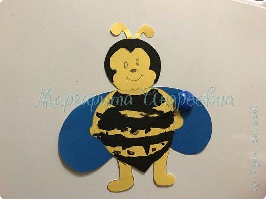 Доброго времени суток! Ещё одной темой наших с сынулей игровых занятий стали пчёлки.  Что же мы про них узнавали? А вот:  Пчела - это удивительное насекомое, которое дает человеку очень вкусный и полезный продукт - мед. Тело пчелы имеет красивую, полосатую желто-черную окраску. У пчёл 5глаз. Питаются пчелы пыльцой и нектаром, получая из них и энергию, и питательные вещества.  Пчелки помогают не только людям, но и растениям. На своих лапках они переносят пыльцу с одного цветка на другой, опыляя их. Благодаря чему, растения и деревья дают плоды и семена.  фото 1