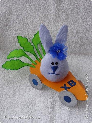 Идею я взяла от сюда http://stranamasterov.ru/node/184767?c=favorite Морковка и колёса из картона-покрашены акриловой краской. Ботва из фетра. фото 1